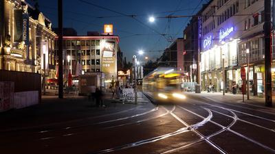 eine Straßenbahn fährt nachts auf den Europaplatz in Karlsruhe