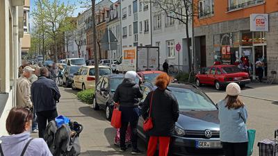 Schlange vor dem Tafelladen in Karlsruhe-Beiertheim