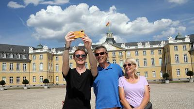 Familienbesuch und Urlaub treffen aufeinander: KIT-Student Philipp Herwig (von links) zeigt seinem Onkel und Tante, Wilfried und Edeltraut Herwig, wo es in Karlsruhe besonders schön ist.