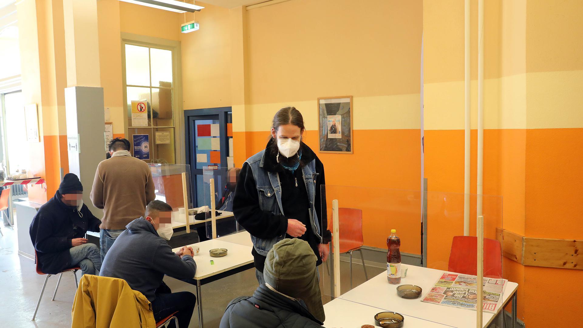 """im Tagestreff """"Tür"""" der Diakonie bekommen Obdachlose eine warme Mahlzeit."""