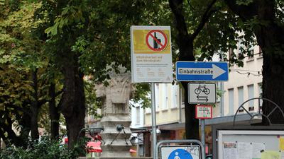 Schild weist auf Alkoholverbot auf dem Werderplatz in der Südstadt hin.