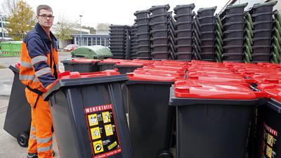 © Jodo-Foto /  Joerg  Donecker// 2.11.2012 Amt fuer Abfallwirtschaft, Muellbehaelter werden mit Chip-System ausgestattet,  Foto: Mitarbeiter AfA,                                                          -Copyright - Jodo-Foto /  Joerg  Donecker Sonnenbergstr.4  D-76228 KARLSRUHE TEL:  0049 (0) 721-9473285 FAX:  0049 (0) 721 4903368  Mobil: 0049 (0) 172 7238737 E-Mail:  joerg.donecker@t-online.de Sparkasse Karlsruhe  BLZ 66050101 KONTO 10039550 Steuernummer 34140/28360 Veroeffentlichung nur gegen Honorar nach MFM zzgl. ges. Mwst.  , Belegexemplar und Namensnennung. Es gelten meine AGB.