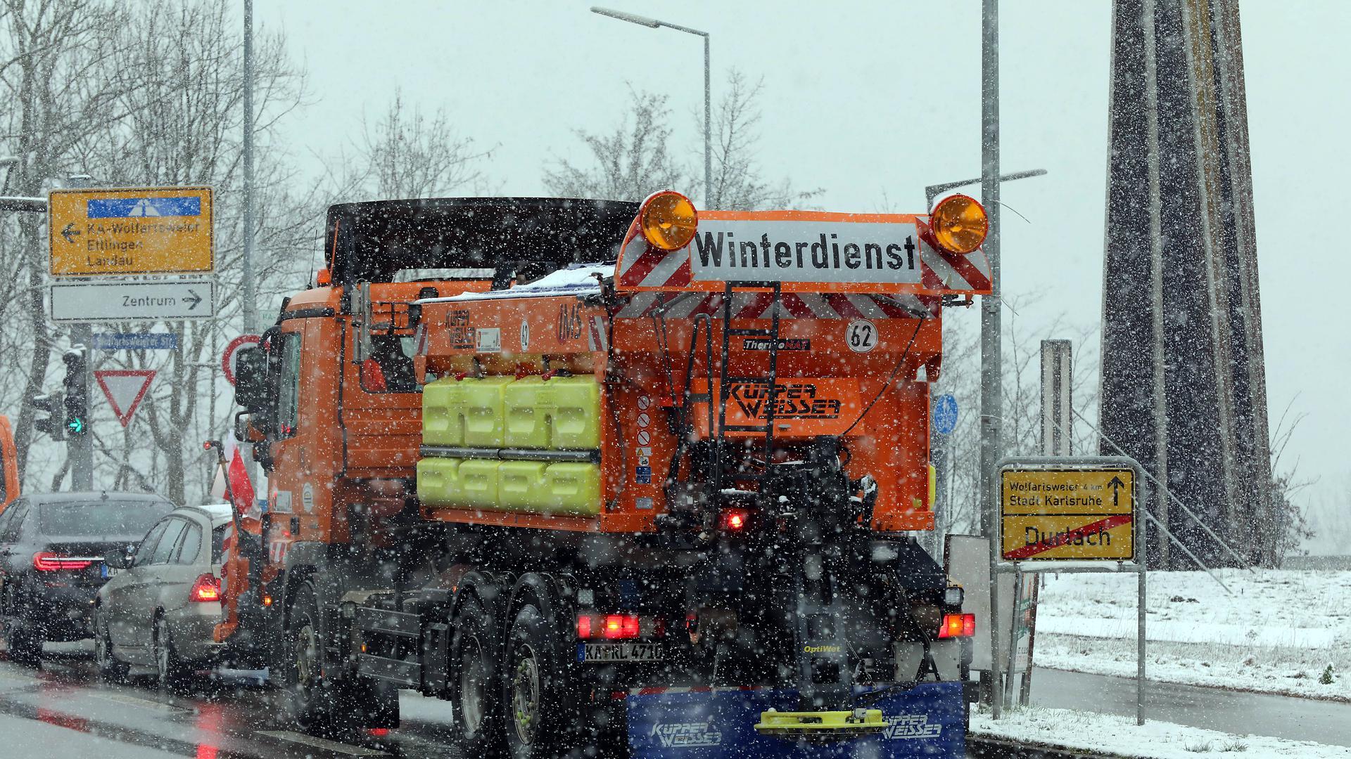 © Jodo-Foto /  Joerg  Donecker//  8.02.2021  Winterdienst im Einsatz,                  Copyright - Jodo-Foto /  Joerg  Donecker Sonnenbergstr.4  D-76228 KARLSRUHE TEL:  0049 (0) 721-9473285 FAX:  0049 (0) 721 4903368  Mobil: 0049 (0) 172 7238737 E-Mail:  joerg.donecker@t-online.de Sparkasse Karlsruhe  IBAN: DE12 6605 0101 0010 0395 50, BIC: KARSDE66XX Steuernummer 34140/28360 Veroeffentlichung nur gegen Honorar nach MFM zzgl. ges. Mwst.  , Belegexemplar und Namensnennung. Es gelten meine AGB.