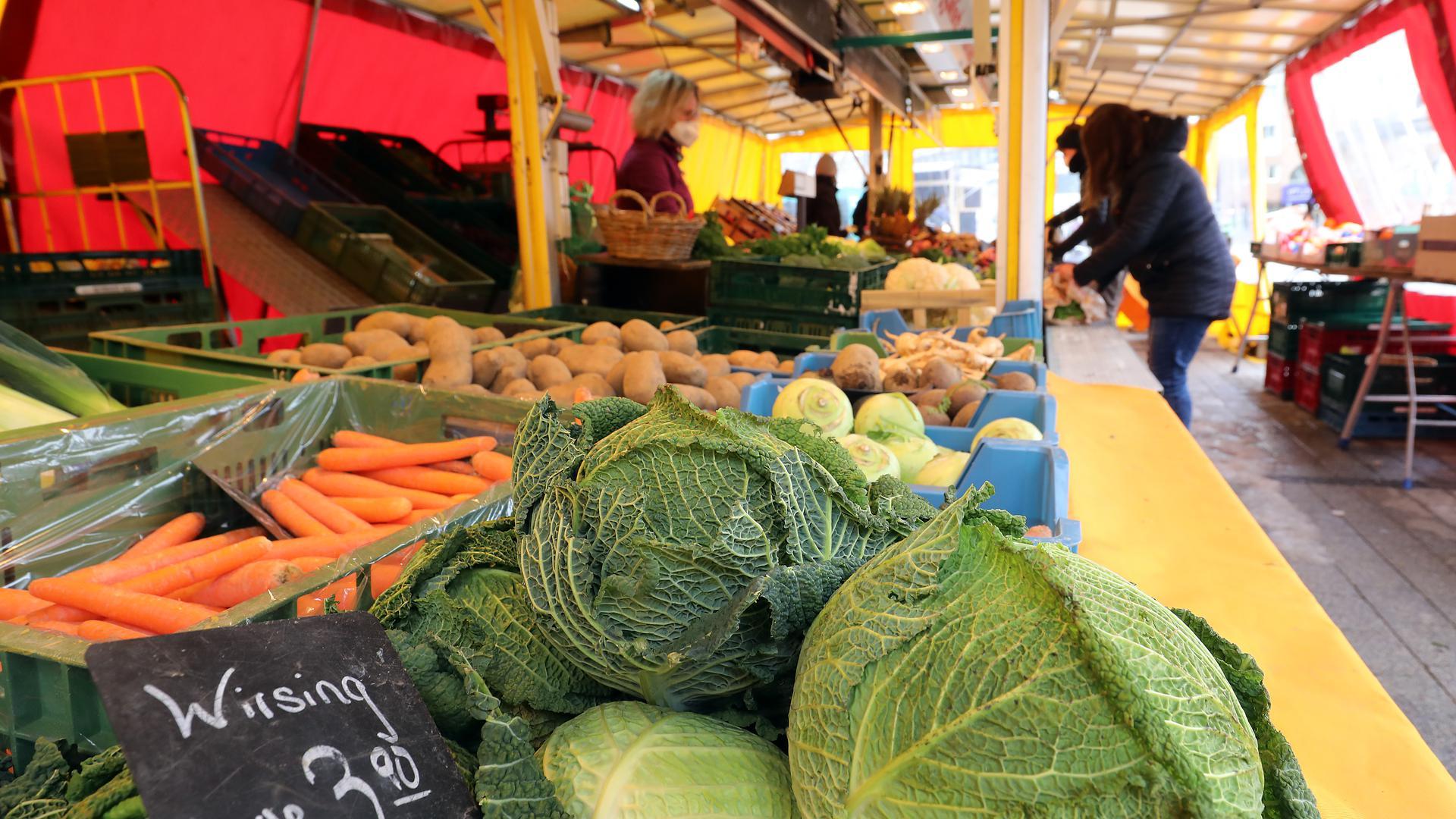 Gemüse liegt auf einem Marktstand