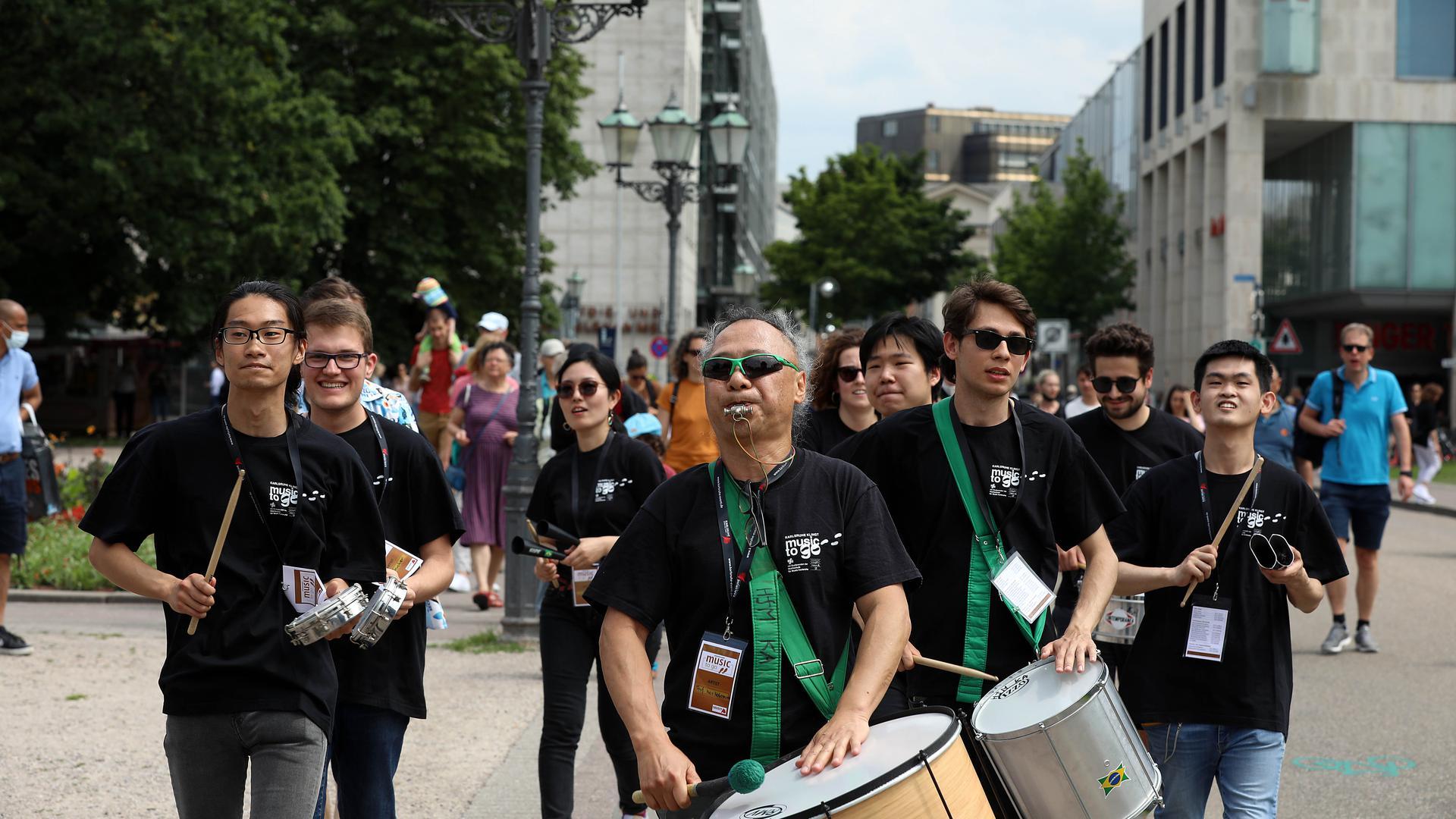 Samba bewegt: Professor Isao Nakamura führte seine Schlagzeugklasse an und sorgte für Aufsehen in der Stadt.