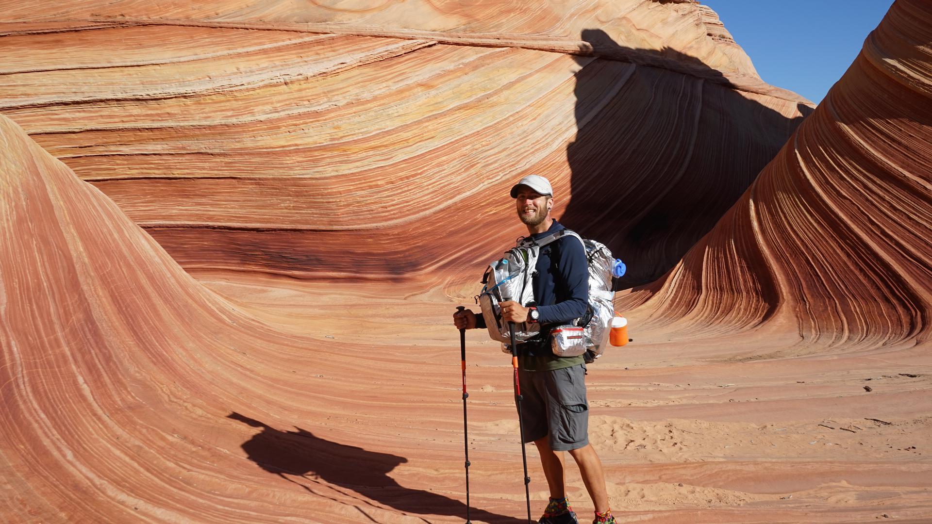 Mann mit Wanderausrüstung in der Wüste