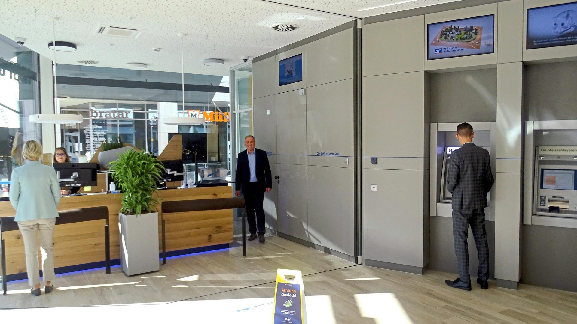 Eingangsbereich der neuen Filiale am Rondellplatz.