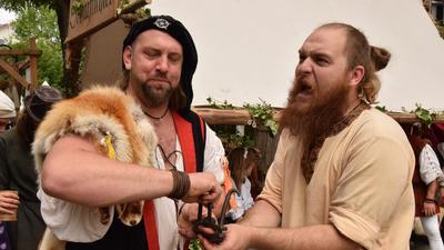 """Mit Daumenschrauben zum Geständnis: Nach qualvoller Folter landeten zahlreiche Verurteilte im Mittelalter im Gefängnis. Beim Peter-und-Paul-Fest spielen die """"Scharfrichter"""" das nach."""