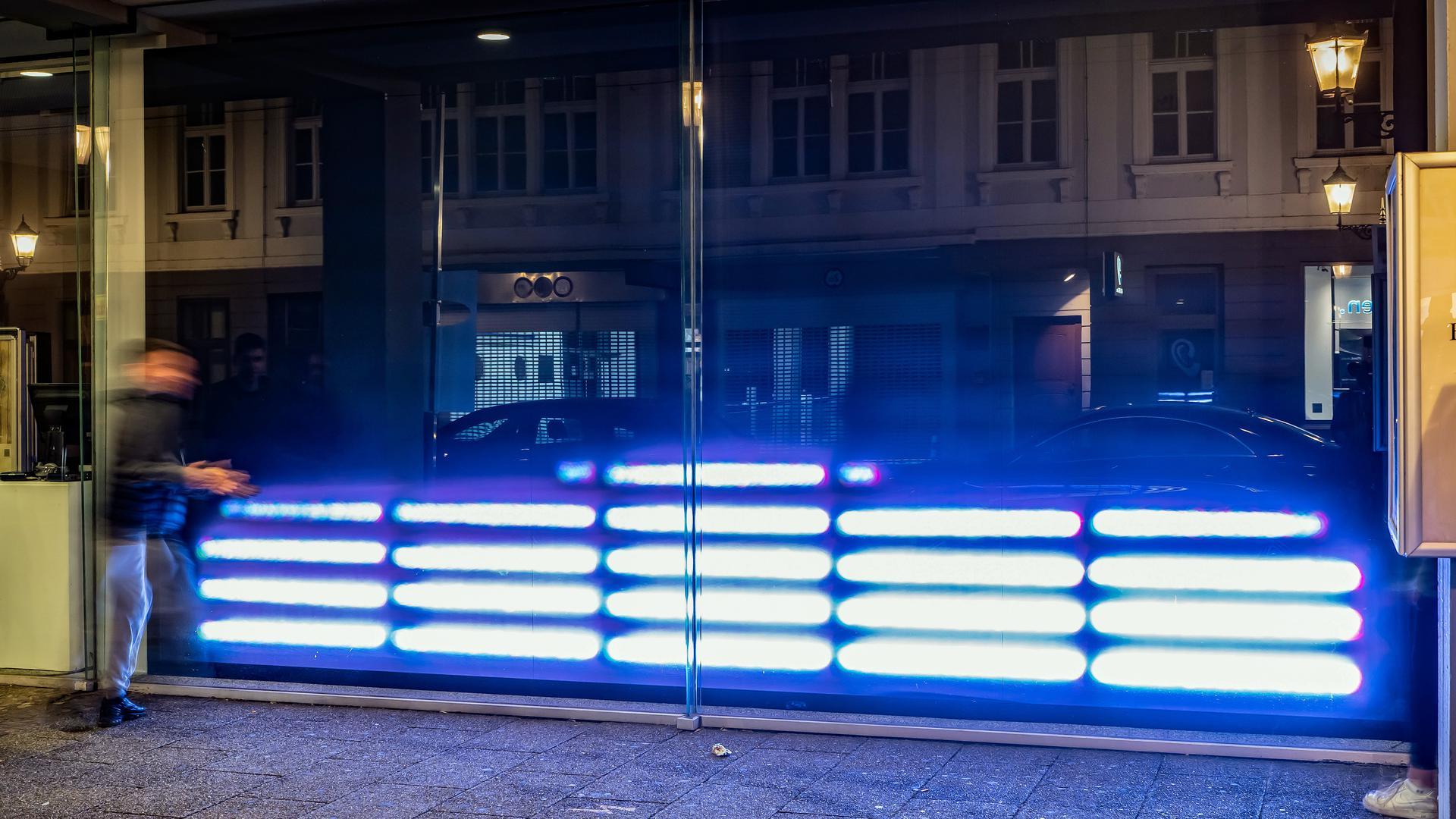 """Es leuchten die Geräusche dank Peter Weibels Installation """"Klangkanal"""". Das Medienkunstwerk ist während des Festivals """"Seasons of Media Arts"""" im Regierungspräsidium am Rondellplatz in Karlsruhe aufgebaut."""