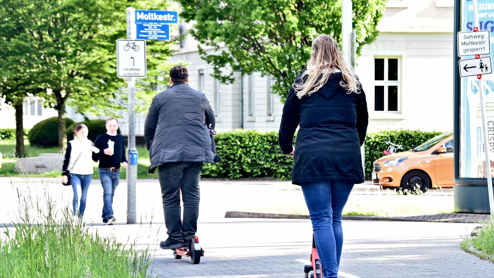 Stehend und rollend durch die Stadt: Die Zahl der Nutzer von E-Scootern hat sich teils deutlich erhöht, die Anbieter führen das auch auf die Auswirkungen der Pandemie zurück.