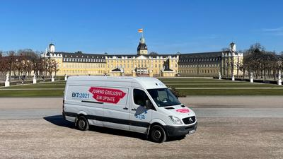 Der Filmbus des Stadtjugendausschusses (Stja) Karlsruhe steht bei den Europäischen Kulturtagen 2021 vor dem Schloss Karlsruhe.