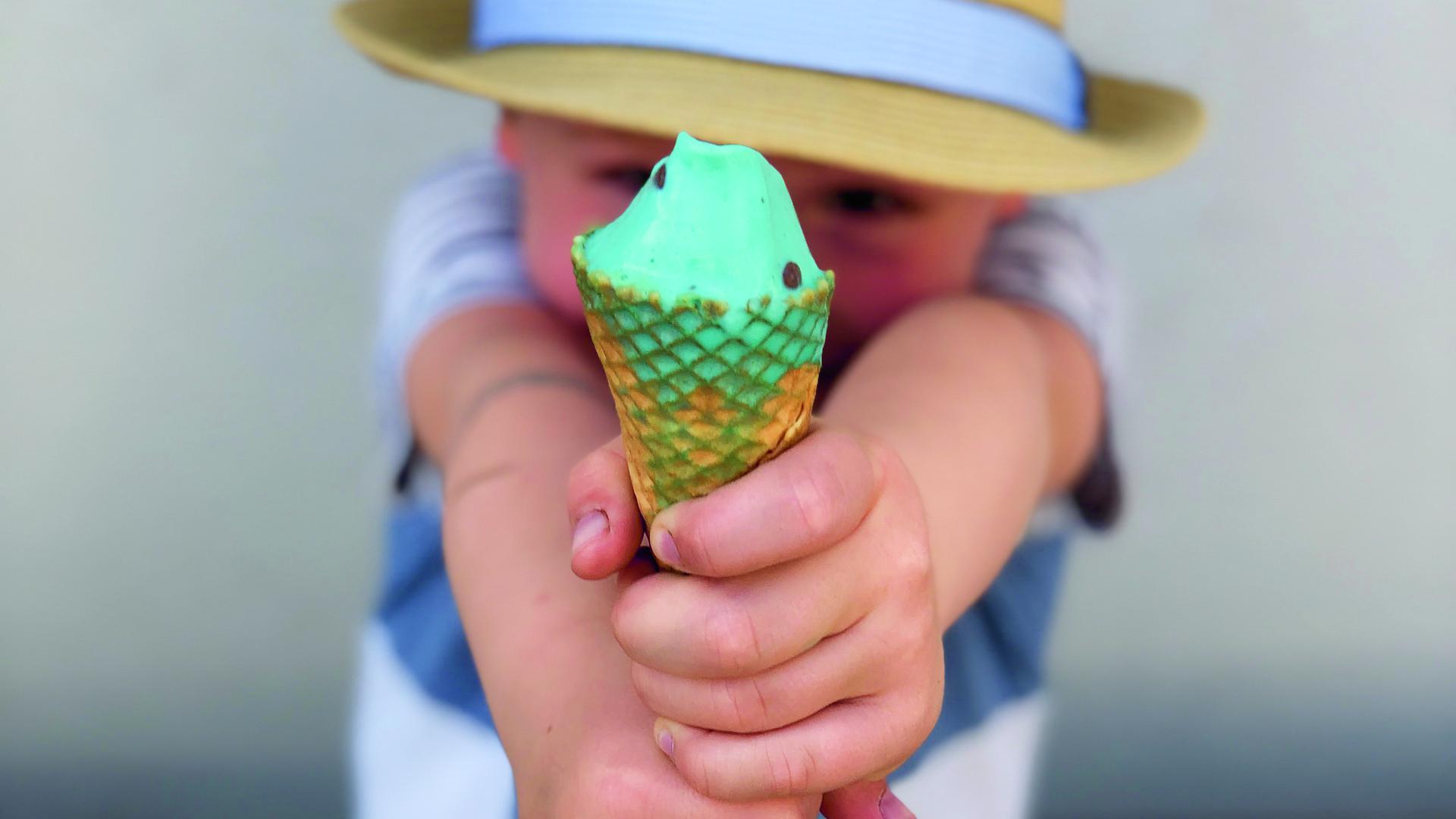 Extrem niedlicher kleiner Junge mit Eis.