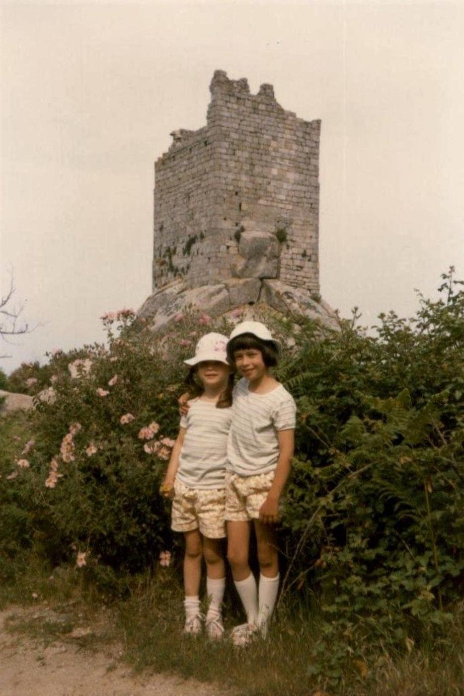 Unbeschwert: die beiden Töchter der Familie Knobloch. Viele Jahre lang zog es die Familie aus Waldbronn nach Elba.