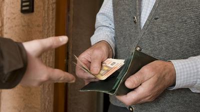 Auf das Telefonat folgt die Geldübergabe: Opfer des Enkeltricks und von falschen Polizeibeamten verlieren große Teile ihres Vermögens. Die Betrüger konzentrieren sich systematisch auf ältere Menschen.