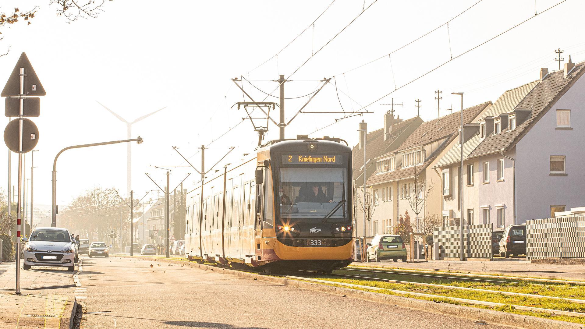 Der Anschluss beginnt und endet vor der Tür: Die Linie 2 fährt künftig vier Haltestellen mehr ab und bindet den Stadtteil Knielingen ans Tramnetz von Karlsruhe an.