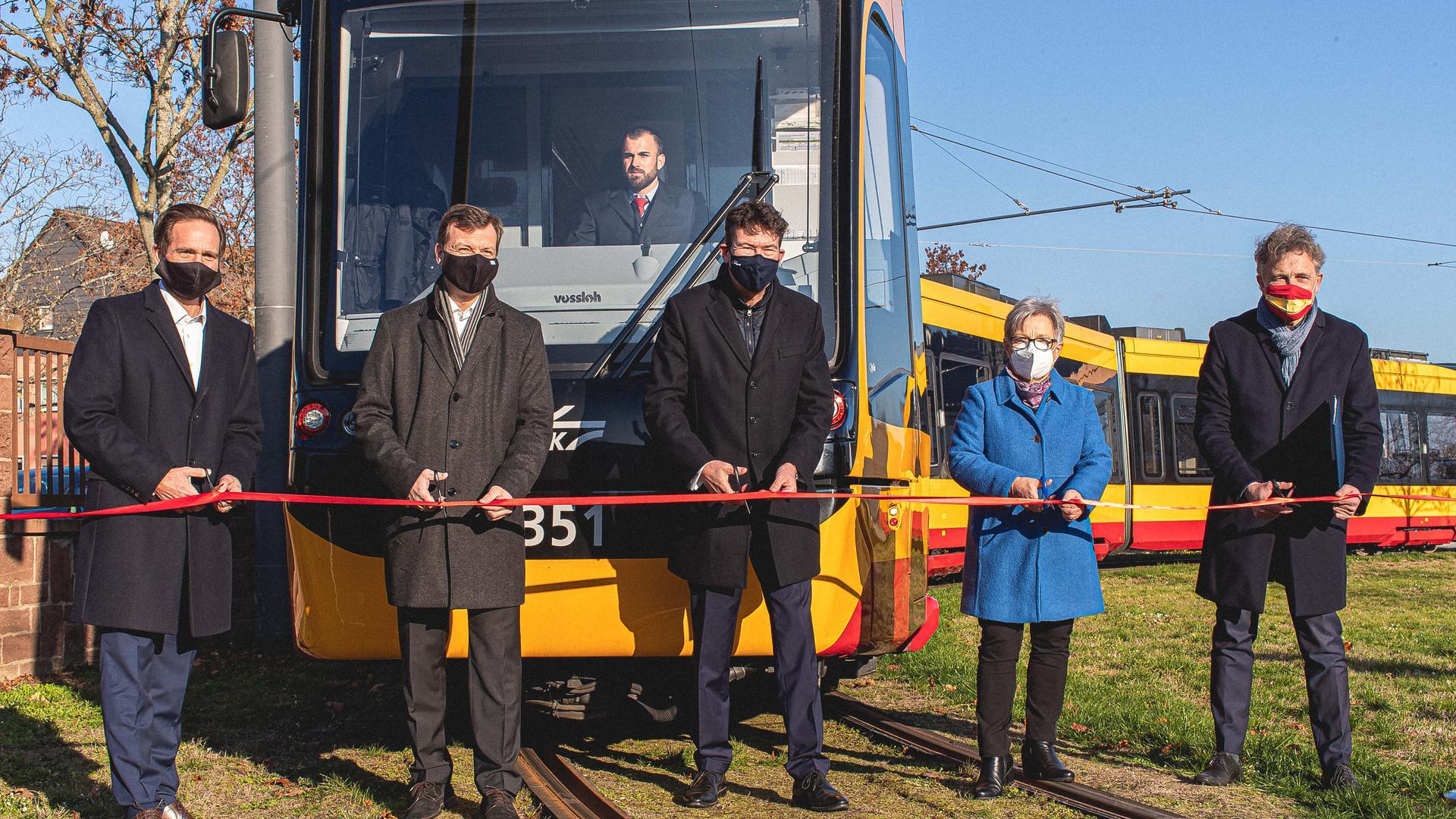 Das Projekt ist besiegelt: An der Wendeschleife im Karlsruher Stadtteil Knielingen beenden am Samstag die Verantwortlichen der Verkehrsbetriebe Karlsruhe und der Stadt Karlsruhe das Tram-Vorhaben. Die Linie 2 hat ihre Jungernfahrt ab Knielingen-Nord.