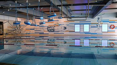 Das Schwimmerbecken des Europabads mit einer neuen Wandbemalung ist zu sehen.