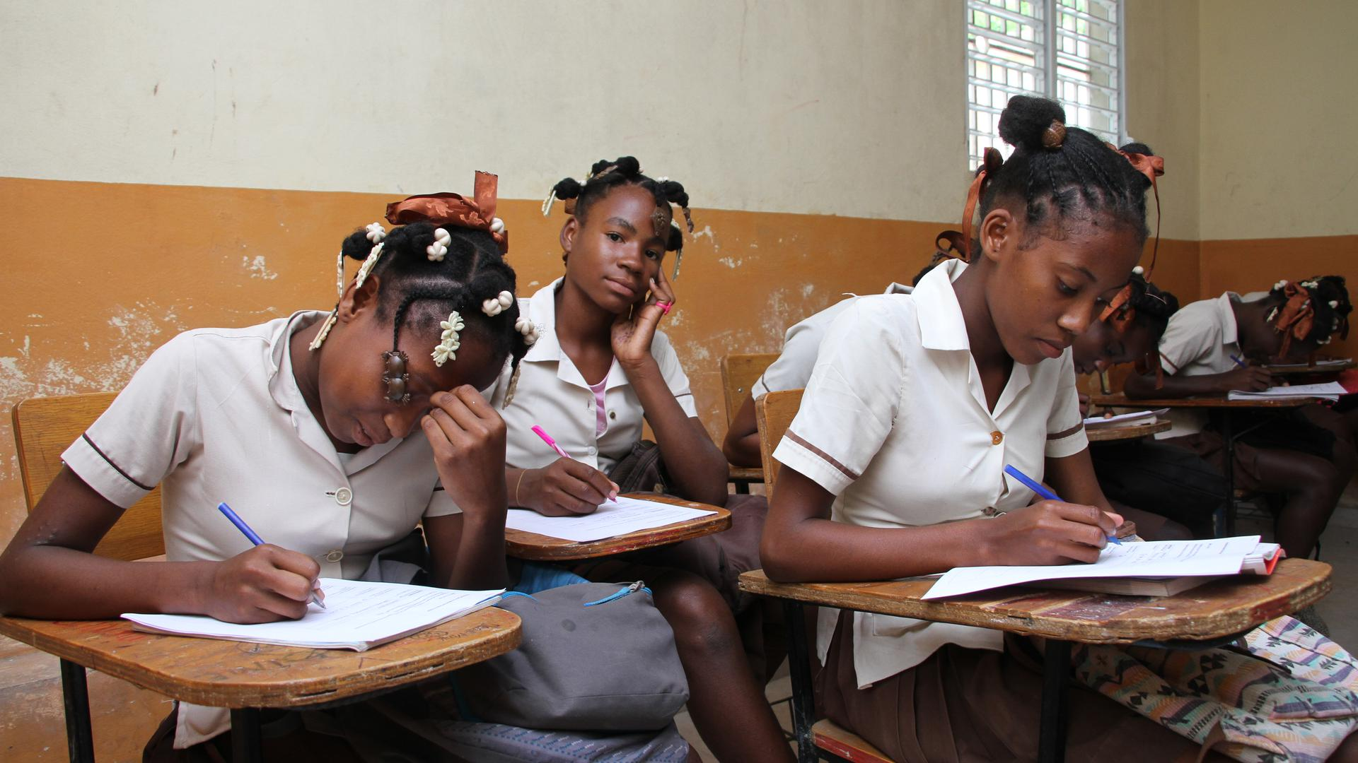 Neben fachlichem Wissen bekommen Schüler wie Fabulice Leica Shelsie (Mitte) auch Werte wie Respaekt oder Ehrlichkeit vermittelt.