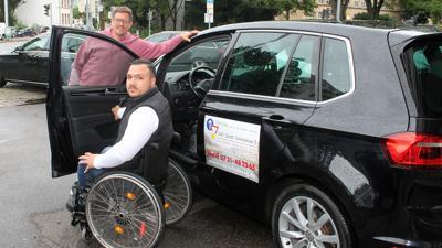 Rollstuhlfahrer + Mann