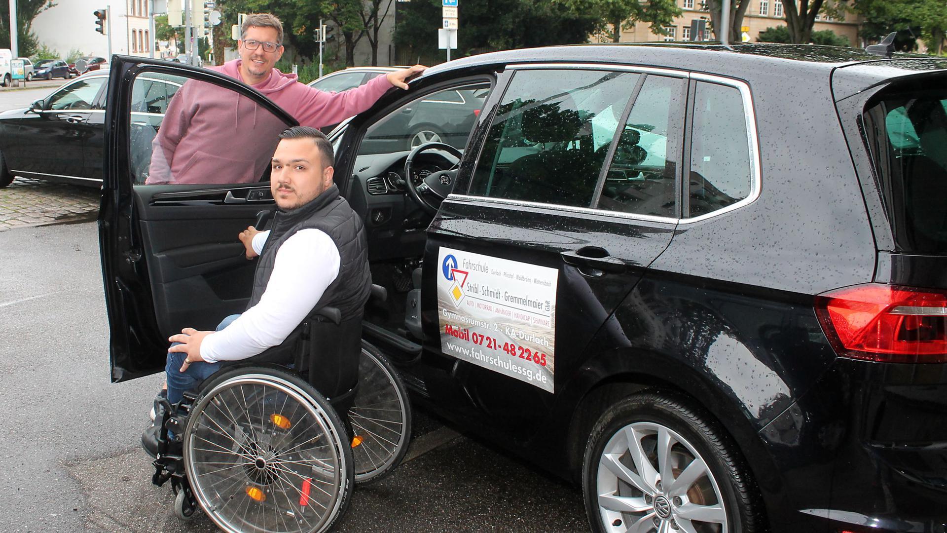 Rollstuhlfahrer und  Mann