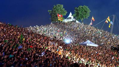 Das Fest Sommer Open Air Festival in der Guenther Klotz Anlage Karlsruhe *** Local Caption *** Fans Menschen Besucher Zuschauer Gäste Hügel Mount Klotz