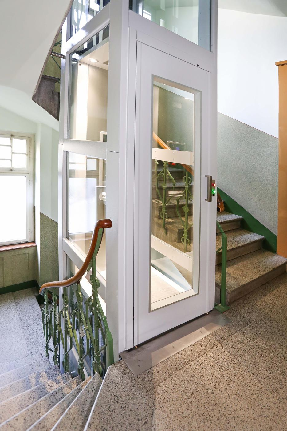 Kleinaufzüge von Stufenlos lassen sich nachträglich oder in den Neubau integriert installieren – innen oder außen und egal mit welcher Einbau- beziehungsweise Schachtsituation.