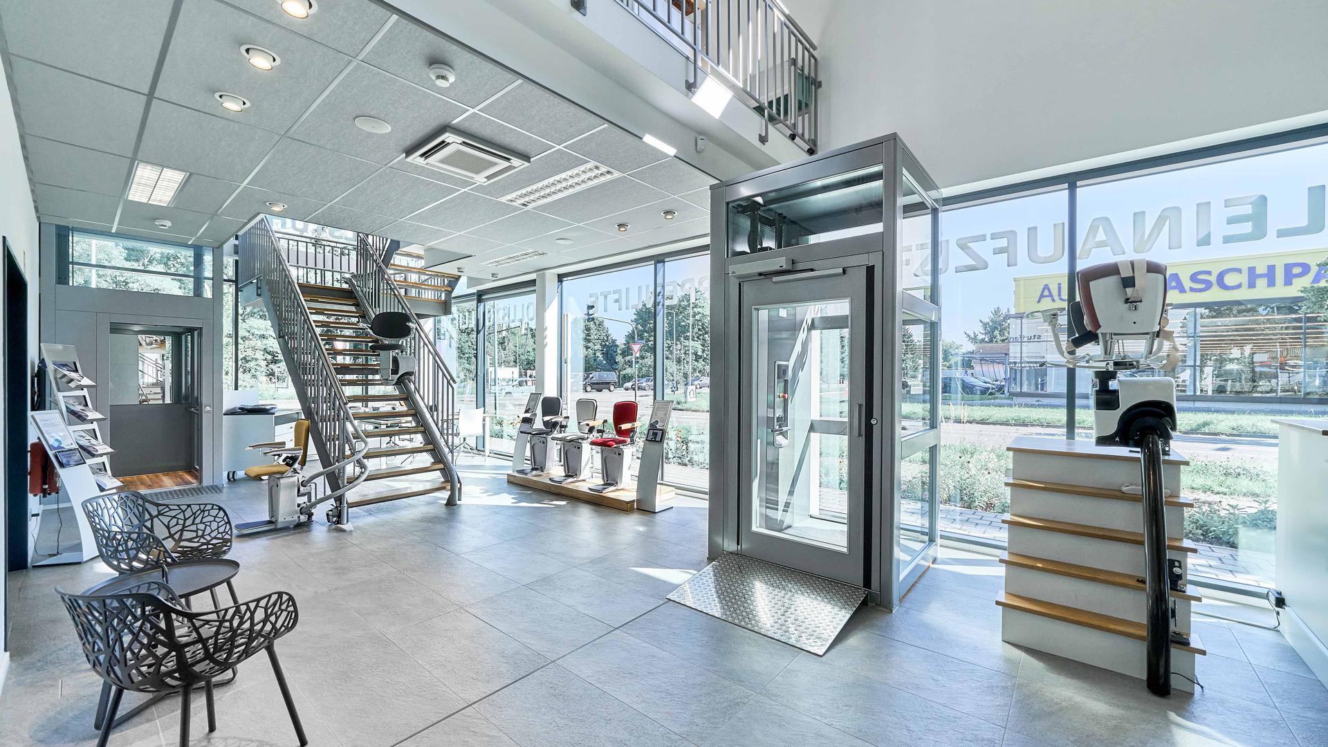 In den großzügig gestalteten, angenehm klimatisierten und durchgehend rollstuhlgerechten Räumlichkeiten können Kunden auf zwei Etagen und mehr als 400 Quadratmetern Lifte aller Preisklassen unter die Lupe nehmen.