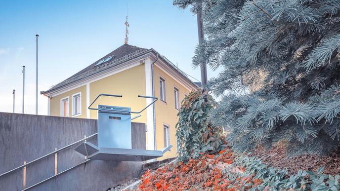 Der PLG 7 Plattform-Rollstuhllift erschließt nahezu jede gerade Treppe barrierefrei im Innen- und Außenbereich.