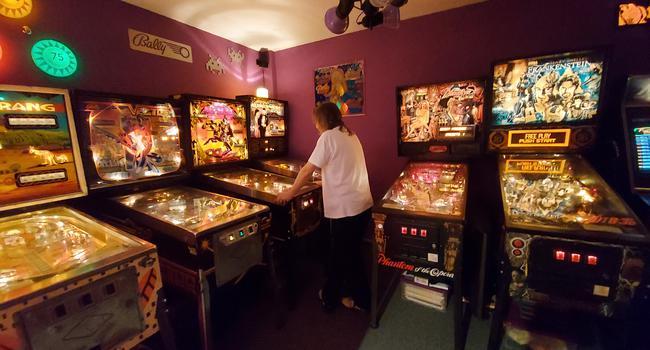 """Rückzug: In seinem privaten Gameroom und in seinem Geschäft hat """"Pinhead"""" Jürgen Reichling vom Verein RetroGames zirka 30 Flipperautomaten stehen."""