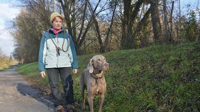 Elvira Fischer-Walter bei einem Spaziergang mit ihrem Hund.
