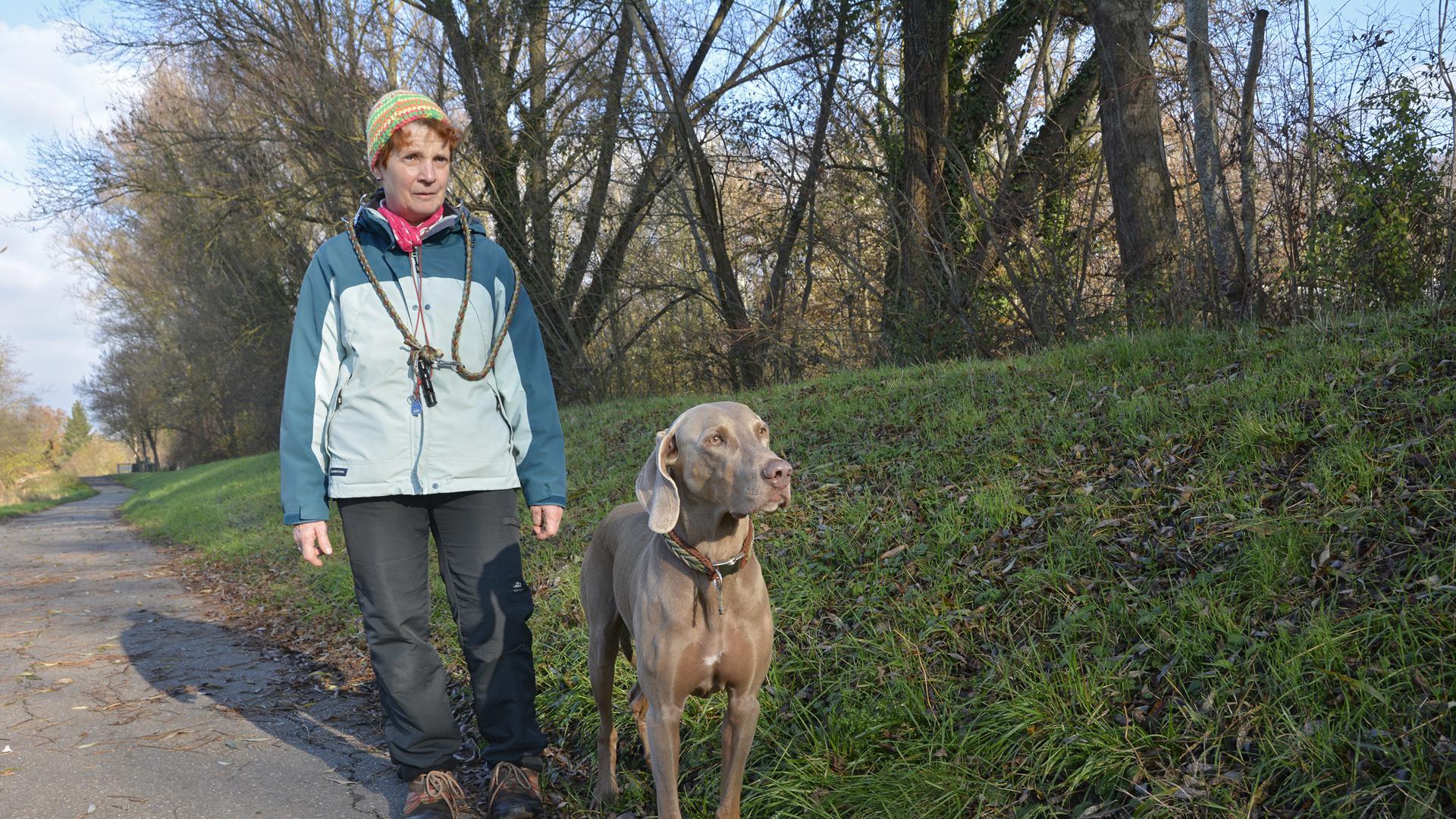 """""""So bekomme ich den Kopf frei"""": Die täglichen Spaziergänge mit ihrem Hund bedeuten Elvira Fischer-Walter viel. Wenn die beiden gemeinsam in der Natur unterwegs sind, kann sie abschalten."""