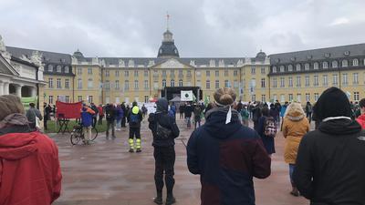 Klimaschutzaktivisten von Fridays for Future versammeln sich vor dem Karlsruher Schloss.
