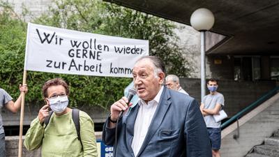 Peter Weibel, ZKM (Zentrum Fr Kunst und Medien Karlsruhe und Britta Velhagen (Tollhaus) sprechen vor dem Badischen Staatstheater zu den Demonstranten.