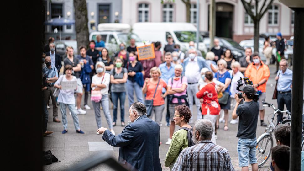 "Badisches Staatstheater: Demo Karlsruher Kulturschaffender gegen ""M e n t r u p und B a u e r"", Karlstuhe 24.07.2020"