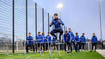 Training auf dem neuen Kunstrasenplatz, Sprintsstrecke, Sprints, Sprintbahn, Laufbahn.