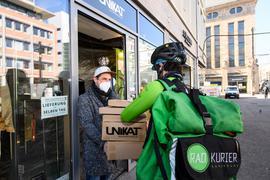 Kontaktlos und direkt: Der Bote von Radkurier Karlsruhe holt beim Modegeschäft Unikat bestellte Ware ab, um sie im Anschluss an die Kunden im Stadtgebiet auszuliefern.