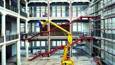 """Bauarbeiten im Hallenbau: Nach der Eröffnung des ZKM-Medienmuseums wurden weitere Lichthöfe ausgebaut, die zunächst als Schauräume für Werke der Neuen Kunst genutzt wurden. Später wurde zwischen """"Medienmuseum"""" (Lichthöfe 8 und 9) und """"Museum für Neue Kunst"""" (Lichthöfe 1 und 2) im ZKM nicht mehr unterschieden."""
