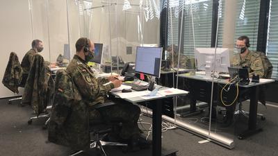 Unterstützung in Uniform: Zehn Soldaten der Bundeswehr helfen im Gesundheitsamt Karlsruhe bereits dabei, Kontaktlisten abzutelefonieren, um die Corona-Pandemie einzudämmen. Weitere sechs Soldaten folgen.