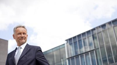 Wolfgang Grenke vor dem Firmensitz in Baden-Baden.
