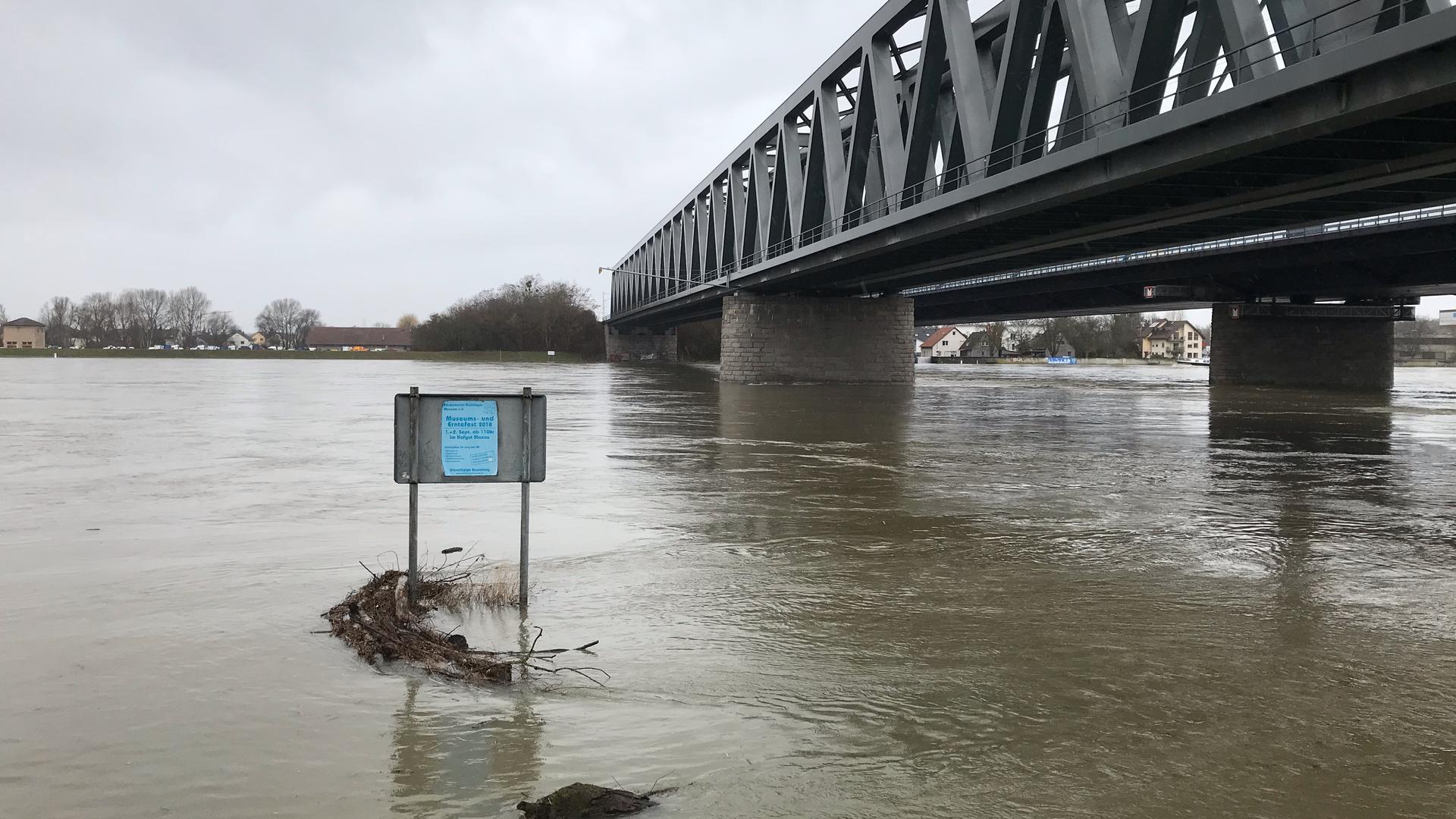 Hochwasser des Rhein an der Rheinbrücke Maxau in Karlsruhe.