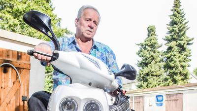 Das Geld ist knapp: Ein Auto kann sich Heinrich Hollritt nicht leisten. Immerhin hat er einen Roller. Den braucht er zum Einkaufen und um einmal in der Woche Prospekte zu verteilen.