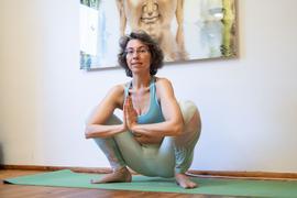 Claudia Rastetter, Yoga-Lehrerin aus Karlsruhe-Dammerstock, macht Hormon-Yoga. Dabei werden Asanas mit Atemtechniken und tibetischer Energiearbeit kombiniert. Das soll den Körper dazu anregen, mehr Östrogene zu produzieren.