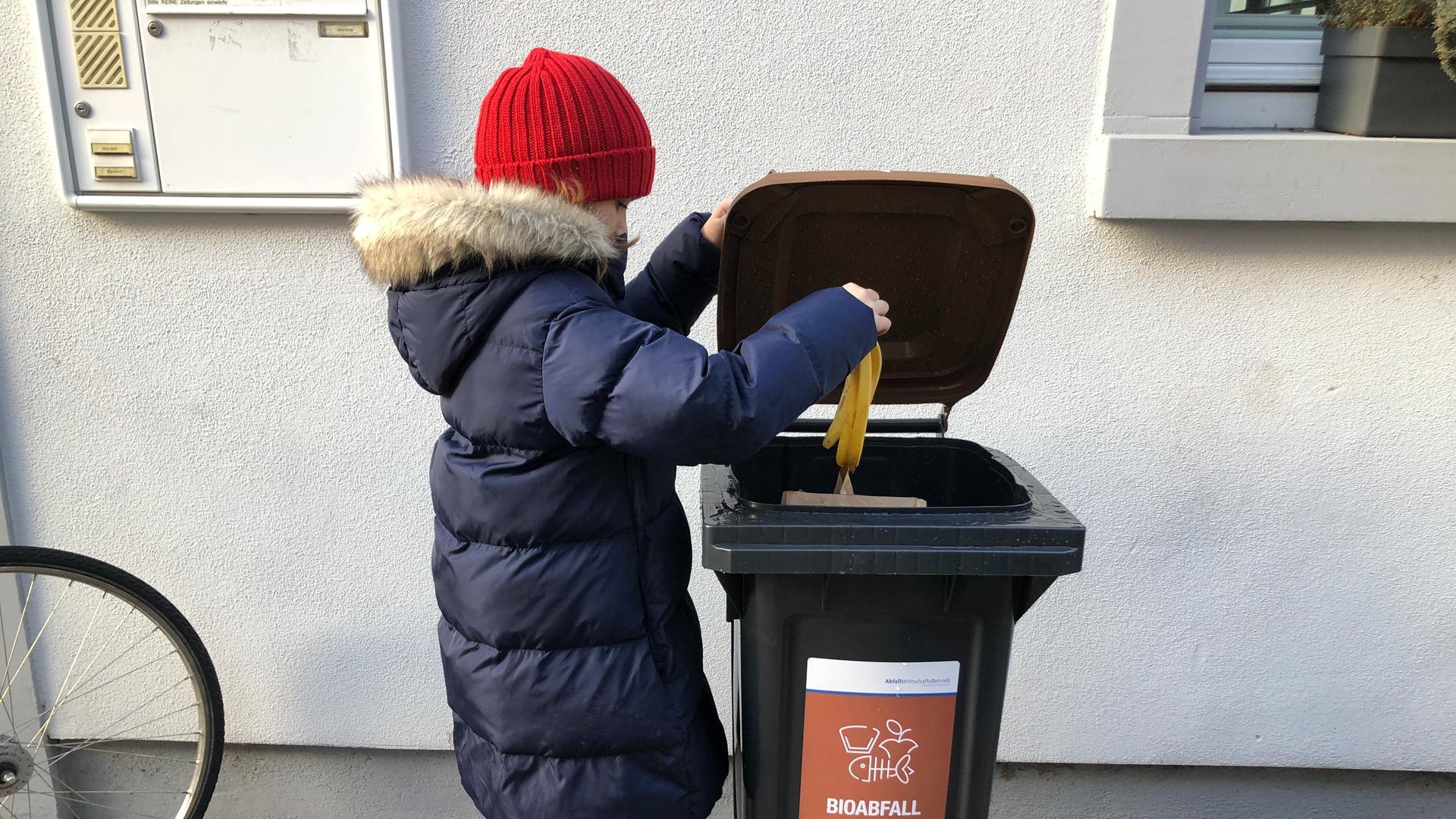 Deckel auf, Bananenschale rein: Rund 19.000 Haushalte haben ihre Biotonne beim Landkreis Karlsruhe bereits bestellt, vor vielen Haustüren steht sie auch schon.