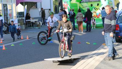 Fahrrad-Geschicklichkeitsparcours für Kinder.