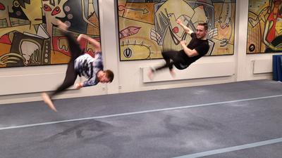 Zwei Tricker beim freien Training in der Halle des NCO-Clubs in der Karlsruher Nordstadt.