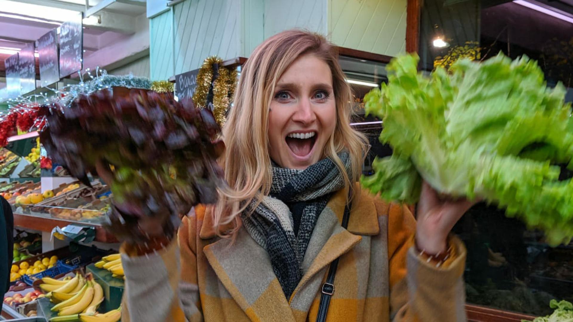 Fabienne Flatter mit Salatköpfen.