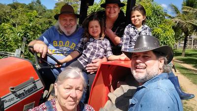 Familie Lachnemayr auf dem Traktor.