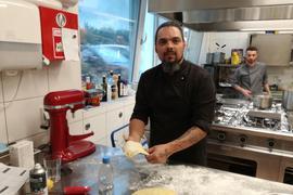 """Mit Leidenschaft dabei: Der sardische Küchenchef Alessandro Ardu bereitet hausgemachte Tortelloni mit Ricotta-Spinat-Füllung für die Gäste des Restaurants """"Dolce Vita"""" in Bad Schönborn vor."""