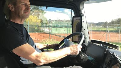 Der Lkw-Fahrer Frank Nebesky steuert seinen Actros zurück nach Östringen zur Spedition Rothermel.