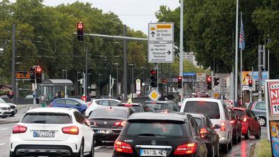 Mehrere Autos drängen sich auf der Abbiegespur vor der neuen Ikea-Filiale in Karlsruhe.